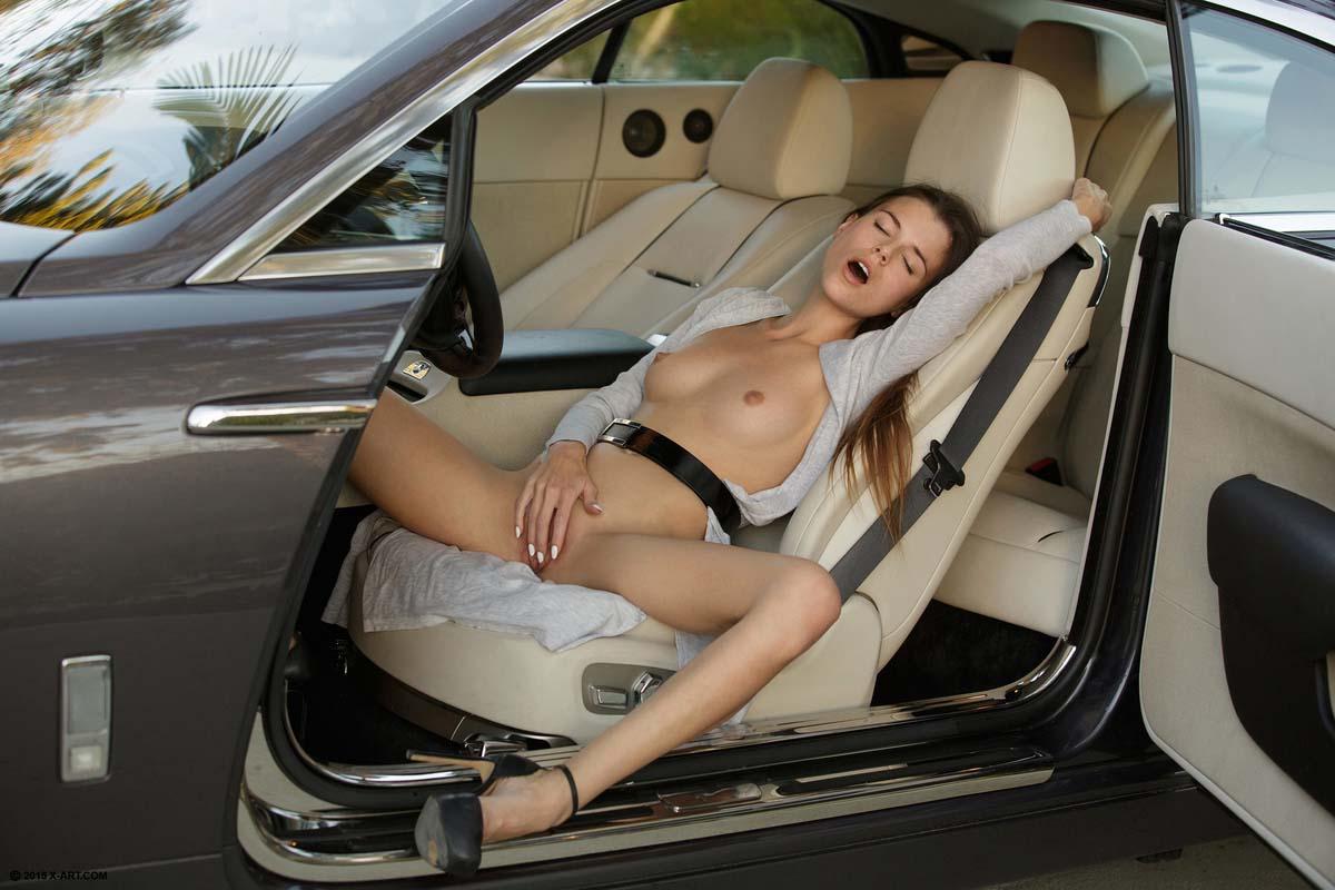 только стоит телки в машине дают и раздвигают самое должно