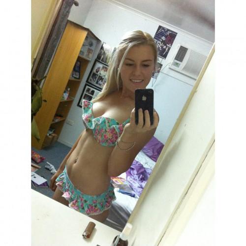 Very-Sexy-Blonde-Swimsuit-Selfie.jpg